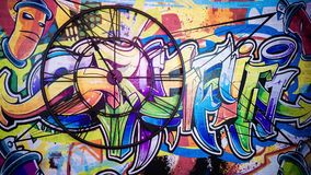 Tid schackningsperiod Väggrundaklocka som göras i den gamla stilen I bakgrunden är den målade färgrika grafitti Händerna gör en f arkivfilmer