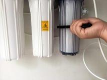 Tid som ändrar vattenfilter Ta bort filtret för att göra det själv royaltyfri bild