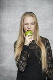 Tid som äter frukt Arkivbilder