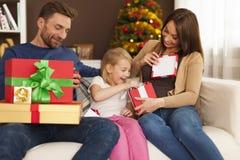 Tid som öppnar julklappar Arkivfoton