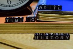 Tid som skriver skriftlig historia på träkvarter Utbildning och affärsidé fotografering för bildbyråer