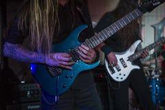 Tid som spelar gitarren Royaltyfria Bilder