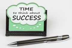 Tid som tänker om framgång som är skriftlig på anförandebubbla Arkivbild