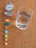 Tid som tar medicin arkivbild