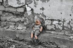 Tid stoppade för barns leksak i gården av det gamla huset Arkivbilder
