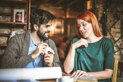 Tid till kaffeavbrottet Ung student Couple arkivbilder