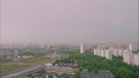 Tid varvar av molnig himmel och hårt regn över byggnader i Moskva arkivfilmer