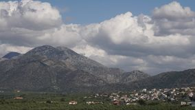 Tid varvar Rullande moln och solregnbågar över berg arkivfilmer