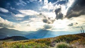 Tid varvar Rullande moln och solregnbågar över berg i Karpatian stock video