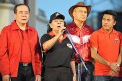 Tida Tawornseth adresse un rassemblement de Rouge-Chemise Photos libres de droits