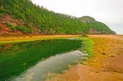 Tidal River bei Ebbe an einem bewölkten Tag stockfotografie