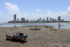 tide för india låg mumbaihorisont Arkivfoton
