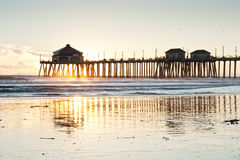 tide för solnedgång för strandhuntington låg pir Arkivbilder