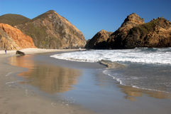 Tide water reflecting the cliffs at Pfeiffer State Beach, Big Sur, California Stock Photography