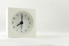 Tiden är nu 8 00 f.m., vit bakgrund Royaltyfri Bild