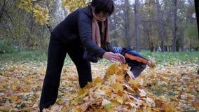 Tiden av året, höst Barn som spelar i naturen lager videofilmer