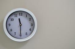 Tiden av väggklockan är 11:30 Arkivfoto