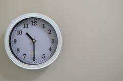 Tiden av väggklockan är 10:30 Royaltyfri Fotografi