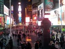 Tider kvadrerar New York på natten royaltyfria bilder