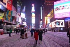 Tider kvadrerar snöhäftiga snöstormen i Manhattan New York Fotografering för Bildbyråer