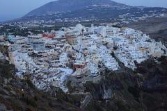 Tidig afton i stad på Fira, Santorini, Grekland fotografering för bildbyråer