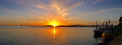 tidig fiskehamnmorgon över soluppgång Arkivfoton