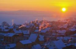 Tidig frostig vintermorgon i byn Arkivfoton