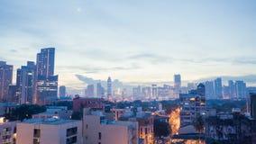 Tidig gryning i huvudstaden av Filippinerna i Manila Ljusen av byggnader Skjuta inställningen av gryning i lager videofilmer