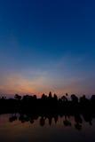 Tidig gryning på den Angkor Wat ståenden Arkivbilder