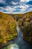 Tidig höstfärg längs krutfloden som ses från Preten Royaltyfri Fotografi