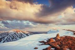 tidig liggandebergfjäder snöig berg Royaltyfri Fotografi