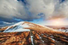 tidig liggandebergfjäder snöig berg Royaltyfria Foton