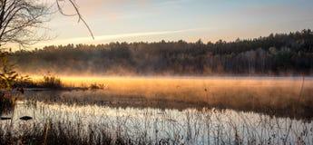 Tidig Oktober morgon på sjön i Chalk River Royaltyfria Bilder