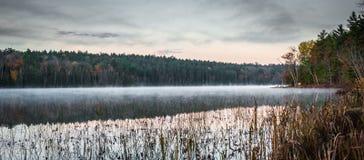Tidig Oktober morgon på sjön i Chalk River Royaltyfri Fotografi