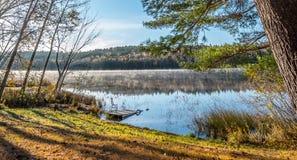 Tidig Oktober morgon på sjön i Chalk River Arkivfoton