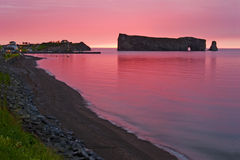 Tidig soluppgång på Perce Rock i Gaspe arkivfoton