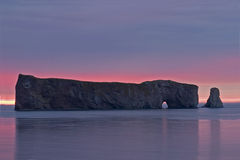 Tidig soluppgång på Perce Rock i Gaspe, Quebec arkivfoto