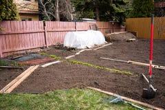 Tidig vårträdgård som får klar Royaltyfria Foton