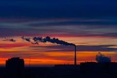 Tidig vintermorgon över staden Röd-blått ljus himmel Solen har inte ännu uppstiget Staden börjar att vakna upp Royaltyfria Bilder