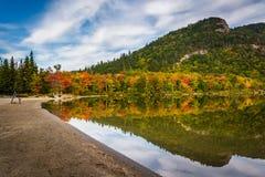 Tidiga nedgångfärger och reflexioner på Echo Lake, i ingen Franconia Arkivbild