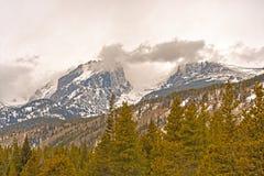 Tidiga vårstormmoln ovanför bergen royaltyfri bild