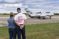 Tidigare ägare, samlare Tom Smith som ser det Mikoyan-Gurevich MiG-15 för strålkämpeflygplan anseendet på landningsbana på Septem Royaltyfri Fotografi