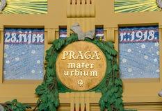 Tidigare jugendstil i den historiska byggnaden av den Prague järnvägsstationen, Tjeckien Arkivbilder