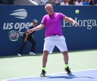 Tidigare kapten av det USA Davis Cup laget Patrick McEnroe i handling under US Openutst?llningmatchen 2018 arkivfoto