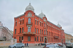 Tidigare lönande hus av Stenbok-Fermor i modern stil på Vasilyevsky Island i St Petersburg, Ryssland Royaltyfri Bild