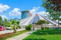 Tidigare museum för byggnadspyramid av den kommunistiska diktatorn Enver Hoxha, Tirana, Albanien Royaltyfri Foto