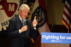 Tidigare president Bill Clinton Addresses Hillary Supporters Arkivfoton