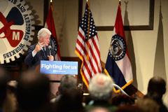 Tidigare president Bill Clinton Addresses Hillary Supporters Arkivbilder