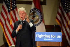 Tidigare president Bill Clinton Salutes till Hillary Supporters Arkivfoto