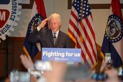 Tidigare president Bill Clinton Salutes till Hillary Supporters Royaltyfri Bild